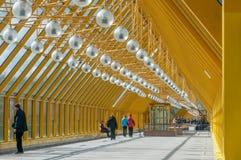 Il viale pedonale sopra il ponte di Pushkinsky Andreevsky a Mosca fotografia stock