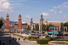 Il viale Reina Maria Cristina e torri veneziane, Barcellona immagini stock