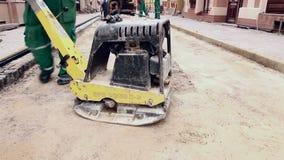 Il vibratore sta comprimendo il suolo al cantiere video d archivio