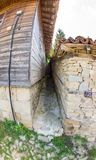 Il vicolo più stretto nel paesino di montagna di Zheravna, Bulgaria Immagini Stock Libere da Diritti