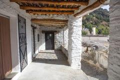 Il vicolo tradizionale ha chiamato il tinao Città di Capileira Alpujarras, Gran Fotografia Stock Libera da Diritti