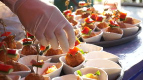 Il video affare di approvvigionamento, mano del cuoco unico con il guanto prepara l'alimento del ricevimento pomeridiano archivi video