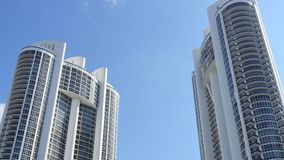 Il video del highrise moderno si eleva in Sunny Isles Beach FL video d archivio