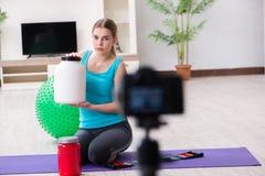 Il video della registrazione di blogger di sport per vlog Immagine Stock Libera da Diritti
