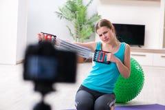 Il video della registrazione di blogger di sport per vlog Immagine Stock