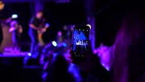 Il video della registrazione della donna con il telefono nel partito in tensione di concerto di festival dell'estate con lampeggi archivi video