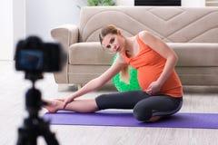 Il video della registrazione della donna incinta per il blog e il vlog Immagine Stock Libera da Diritti