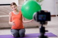 Il video della registrazione della donna incinta per il blog e il vlog Fotografie Stock Libere da Diritti