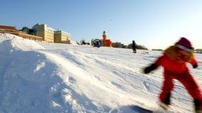 Il video dello sci della neve pende, linee dell'ascensore e valle di parco nel Wasatch Giorno soleggiato con le famiglie sugli sc