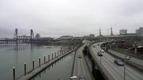 Il video di traffico dell'autostrada senza pedaggio ed il carico si preparano a Portland del centro O un giorno di inverno archivi video