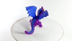 Il video 360 gradi gioca il drago sul supporto girante Drago di colore per i bambini Giocattolo favoloso allegro stock footage