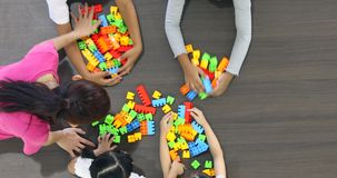 Il video posto piano di scena dell'insegnante asiatico gioca i blocchetti variopinti di configurazione gioca con gli studenti asi archivi video