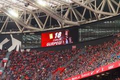 Il video tabellone segnapunti indica che il cartellino giallo ha penalizzato a Carlos Gurpegi fotografia stock