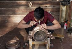 Il Vietnam, Bai Bai, provincia di Bac Ninh Operaio metallurgico che fa un incensiere bronzeo fotografia stock libera da diritti