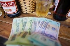 Il Vietnam, Hanoi - stile di vita nell'affare dei fondi di Hanoi più birra Fotografie Stock