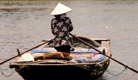 Il Vietnam, Hoi: donna che va al servizio fotografie stock