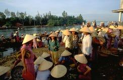 Il Vietnam: Il mercato ittico di Hoi An è pieno dei compratori femminili immagini stock libere da diritti
