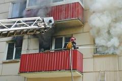 Il vigile del fuoco estingue un fuoco Fotografia Stock Libera da Diritti
