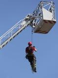 Il vigile del fuoco ha appeso la corda che scala durante l'esercitazione antincendio fotografia stock