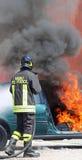 Il vigile del fuoco italiano ha estinto il fuoco dell'automobile Immagine Stock