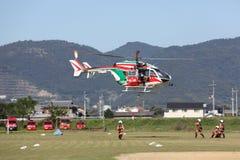 Il vigile del fuoco lavora con un elicottero Immagine Stock Libera da Diritti