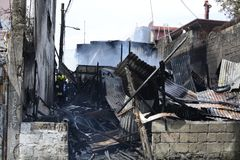 Il vigile del fuoco locale che prende le foto del salvataggio di risposta di emergenza durante il fuoco della casa che ha sventra immagini stock libere da diritti