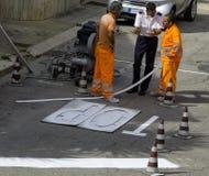 Il vigile urbano dà le indicazioni immagini stock