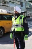 Il vigile urbano di NYPD porta il turbante con le insegne allegate in Manhattan Fotografie Stock