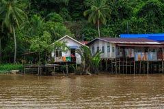 Il villaggio è situato sulle banche del fiume di Limbang Serawak Fotografie Stock