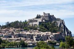 Il villaggio è su una collina nelle alpi francesi Immagine Stock Libera da Diritti