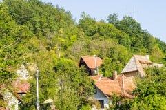 Il villaggio al piede delle montagne bagnate, Serbia Fotografia Stock