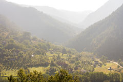 Il villaggio al piede delle montagne bagnate in Serbia Immagine Stock Libera da Diritti