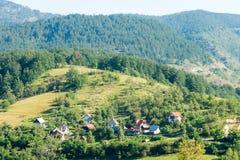 Il villaggio al piede delle montagne serbe Fotografia Stock