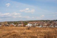 Il villaggio alloggia vicino alle foreste Fotografia Stock