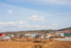 Il villaggio alloggia vicino alle foreste Fotografie Stock Libere da Diritti
