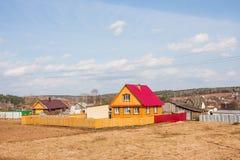Il villaggio alloggia vicino alle foreste Immagini Stock