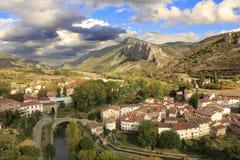Il villaggio bettween le montagne Immagini Stock