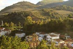 Il villaggio bettween le montagne Fotografia Stock