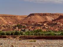 Il villaggio, case africane tradizionali del fango sulla sponda del fiume, nella priorità alta una striscia di pianta, area di Ou Fotografie Stock