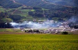 Il villaggio con fumo dalla cucina immagine stock libera da diritti