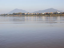 Il villaggio della riva del fiume del Mekong fotografia stock