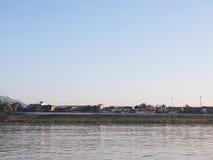 Il villaggio della riva del fiume del Mekong immagine stock