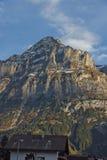 Il villaggio delle alpi di Grindelwald si avvicina alla città di Interlaken Fotografia Stock Libera da Diritti