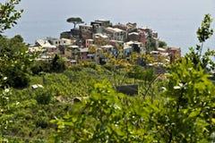 Il villaggio di Corniglia, Cinque Terre veduta da un percorso sulla collina che trascura il mare fotografia stock libera da diritti