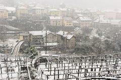 Il villaggio di Giornico nell'ambito delle precipitazioni nevose in valle di Leventina Immagine Stock Libera da Diritti