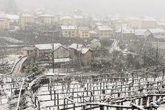 Il villaggio di Giornico nell'ambito delle precipitazioni nevose in valle di Leventina Fotografie Stock