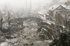 Il villaggio di Giornico nell'ambito delle precipitazioni nevose in valle di Leventina Fotografia Stock