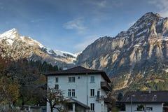 Il villaggio di Grindelwald e le alpi di Wetterhornin del supporto si avvicinano alla città di Interlaken Fotografie Stock