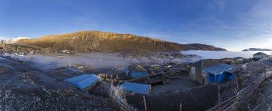 Il villaggio di Gryz copre la nebbia ghiacciata fotografie stock