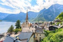 Il villaggio di Hallstatt su Hallstatter vede in alpi austriache Fotografia Stock